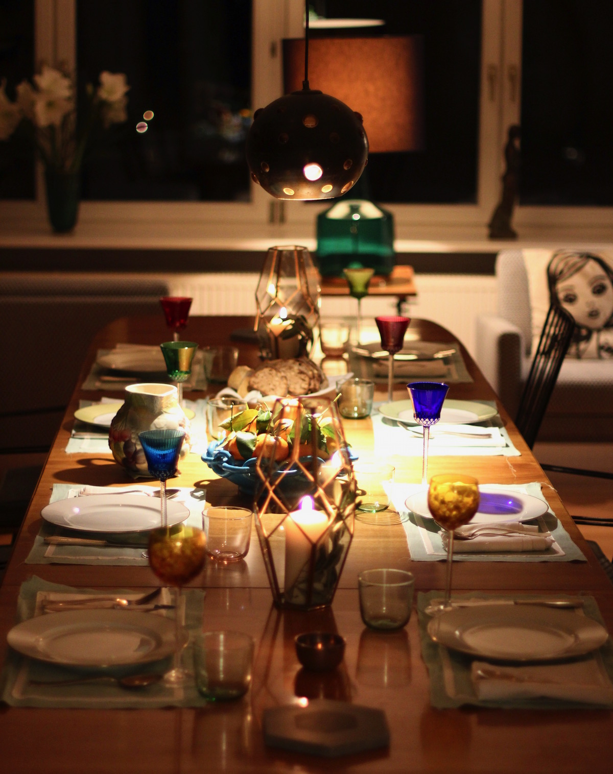 The set table at the IRMASWORLD Christmas Party last week. Llet us discuss how to really enjoy food and avoid overeating during Christmas this year. The Hemsleys seemed to be the perfect consultants for that matter. On the slider: illustration by IRMA, photos © Nick Hopper